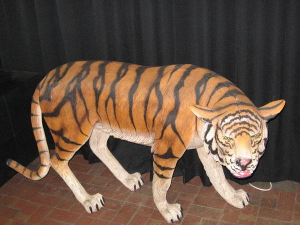 Photo a life-size Bengal Tiger statue prop